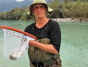 Anna peche truite dan Soca River