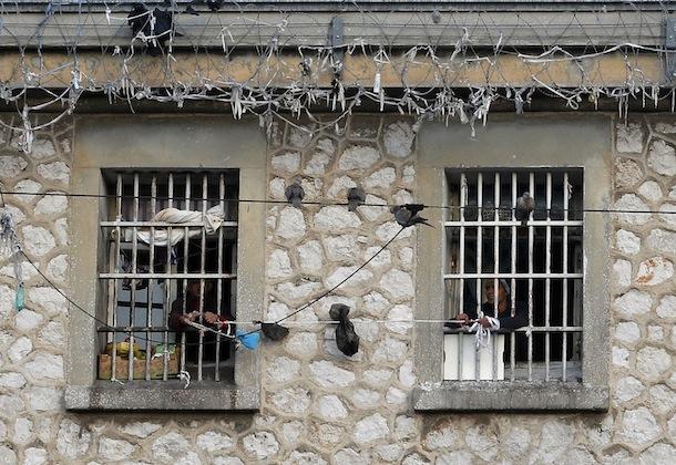 Prisonniers à la fenêtre de leurs cellules