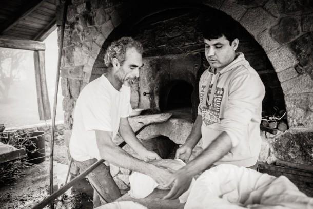 David et Najib mettent les pains au four.