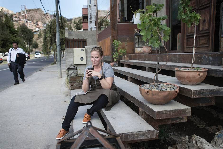 Kamilla Seidler devant son restaurant