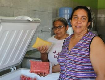 Ivanilda Barbosa (à droite), présidente de l'Associação de Mulheres Agricultoras do Saco dos Henriques.