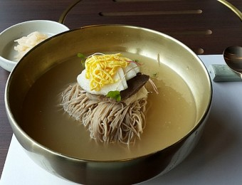 Naengmyeon_(cold_noodles)